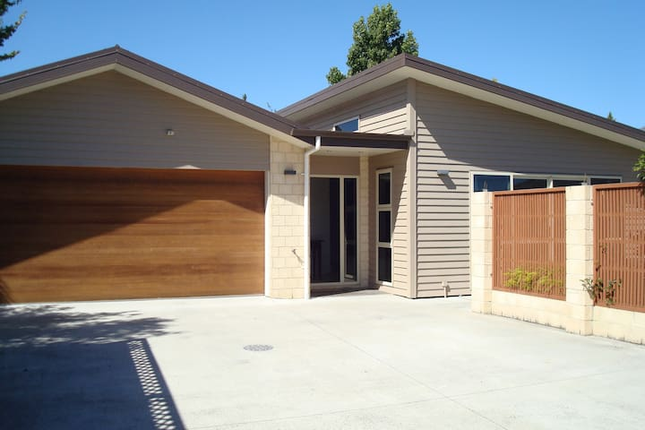 Central and Private Townhouse - Quiet location - Blenheim - Hus