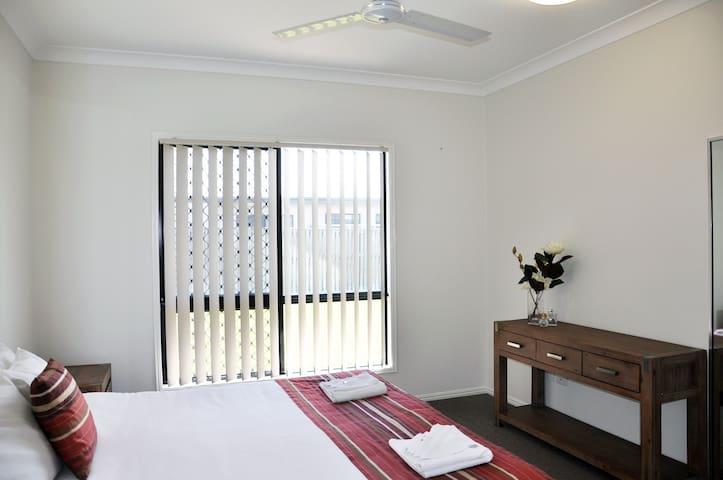 Modern 5 bedroom 2 bathroom home - Douglas - Casa
