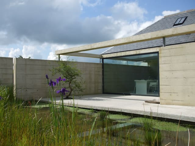 MODERNIST COTTAGE WITH HOT TUB - Capel Iwan