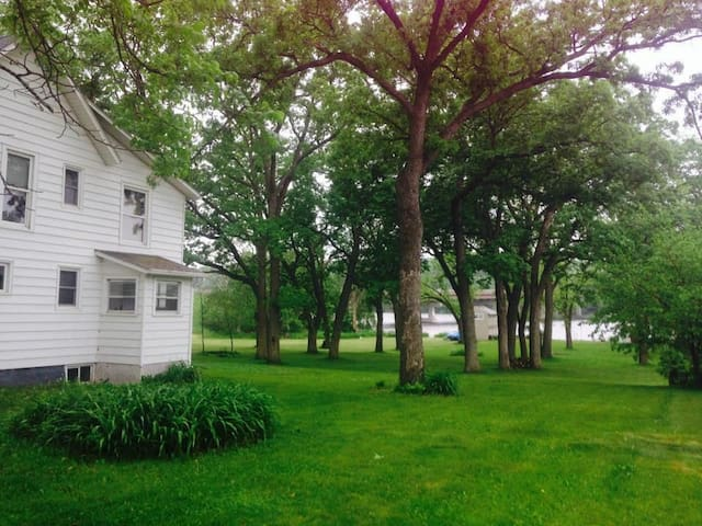Waterfront house on 3 acres w/ BBQ - Beloit - Hus