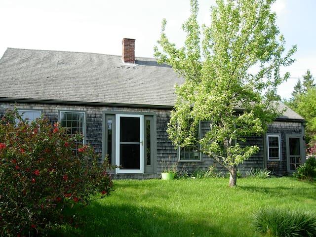 Charming 1790's Farmhouse Retreat - Sullivan - Huis