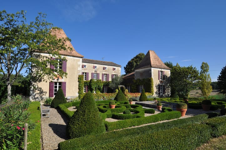 Top floor to a beautiful Manoir - Lot-et-Garonne - Bed & Breakfast