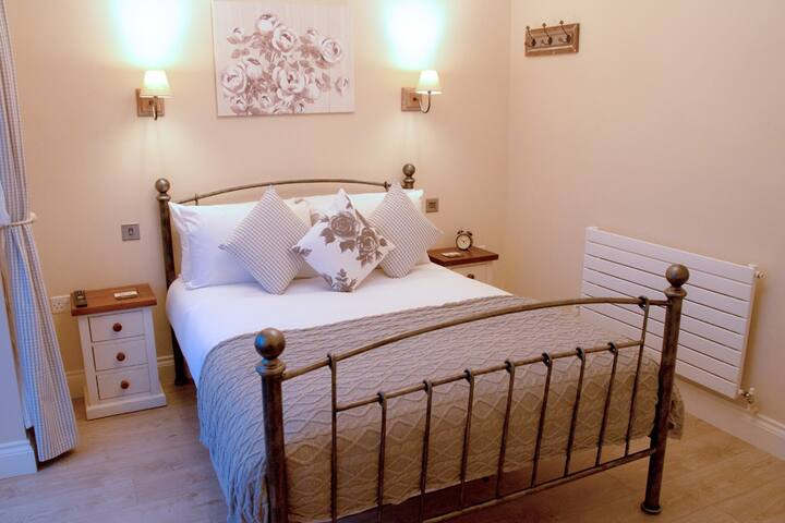 ROOM 5 - Double Room - Redhill - Bed & Breakfast