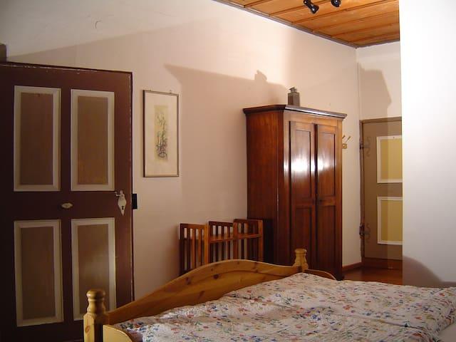 Holzdeckenzimmer in der Burg   - Bühlertann - Leilighet