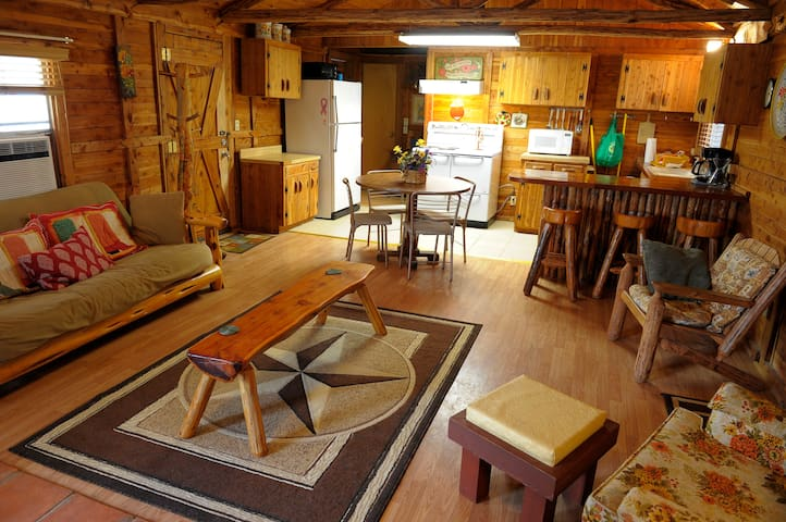 Nonnie's Cabin, Leakey, Texas - Leakey - Chalet