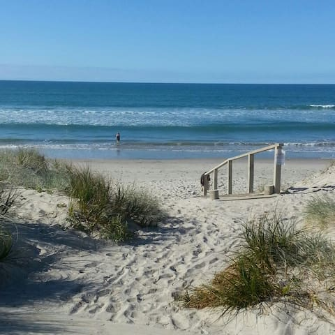 Hop, skip and jump to the beach - Tauranga - Dom