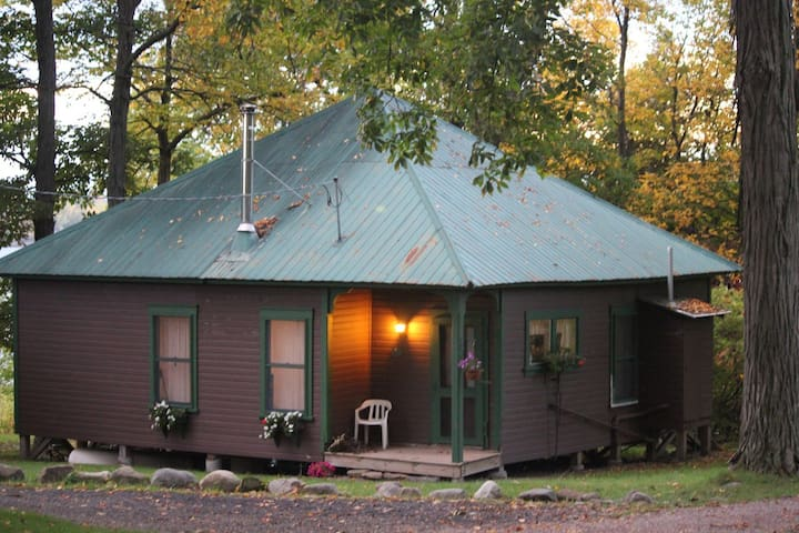 Quiet Rustic Lakefront Cottage - South Hero - Hytte