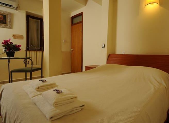 Hapina Shel Michal-Tuscan family  - Mazkeret Batya - Bed & Breakfast