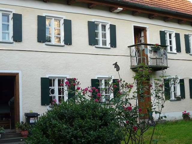 2 bright rooms in 150 year-oId farm house - Egling