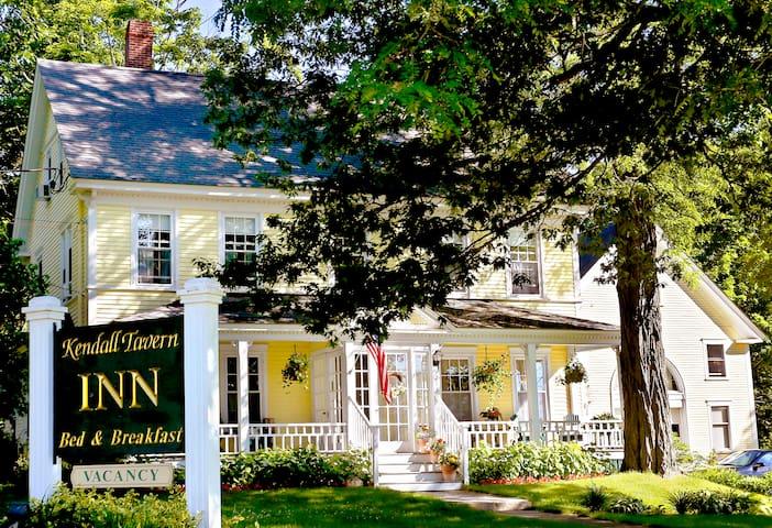 1832 Farm House-Freeport's most historic B & B - Freeport - Bed & Breakfast