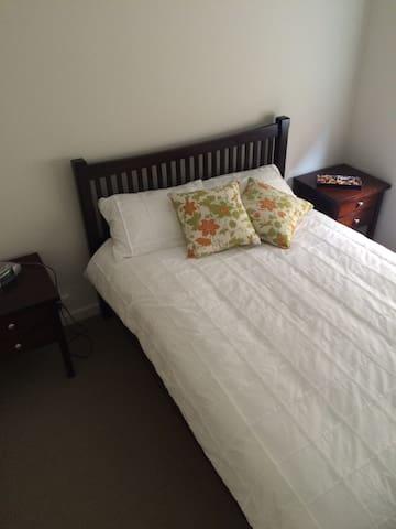 Private Bed & Bathroom at Oaklands - Oaklands Park - Dom