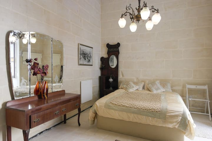 Charming Maltese Townhouse - Senglea - Hus