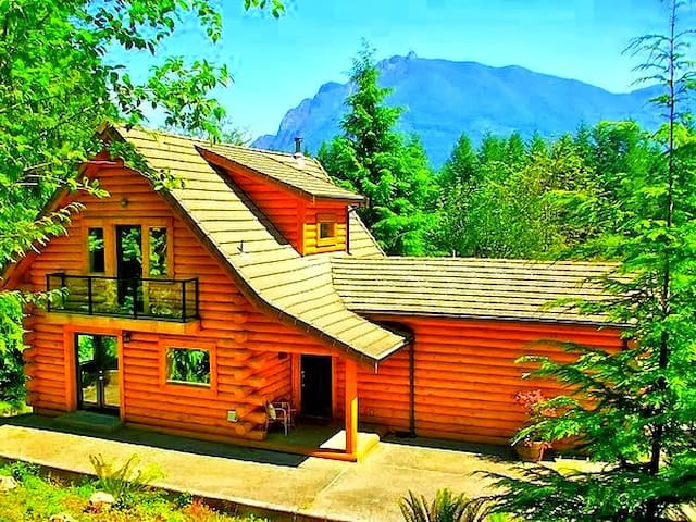 180° OMG Views @ Luxurious Riverfront Log Home - North Bend