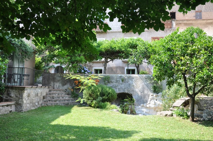 Guest House in South Italy Airbnb - Lauro AV - Hus