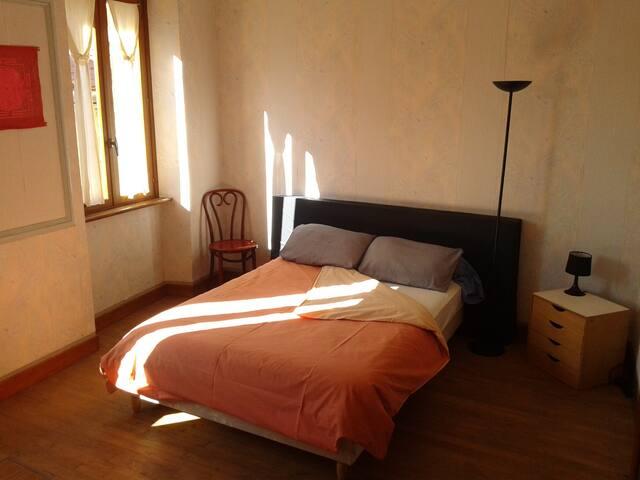 Chambre Rose, au coeur du village! - MONTBRUN BOCAGE - Casa
