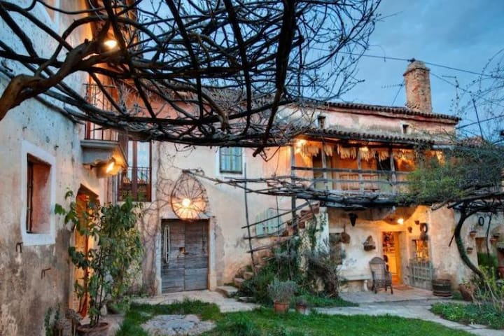 Old traditional Karst house with swimming pool - Dutovlje - Casa