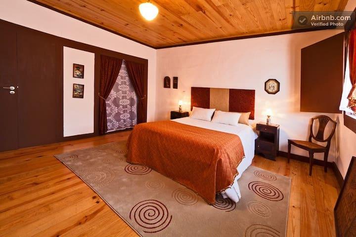 Guesthouse Casadasjanelastortas-3 - Guimarães - Hus