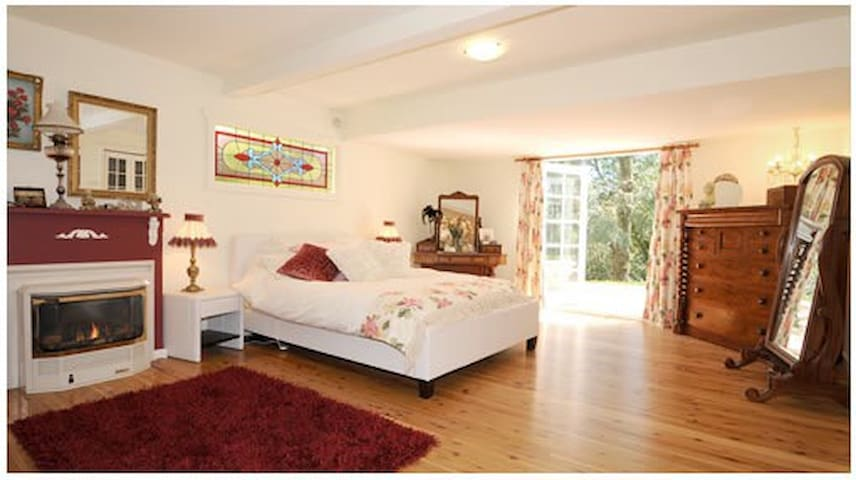 Gorgeous Self Contained Spa Suite - Sassafras - Bed & Breakfast