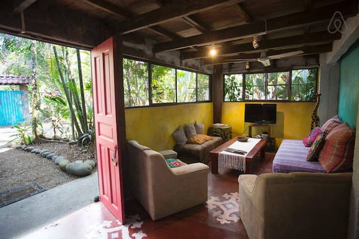 Private Room Double Bed in Casa Jungla Hostel - Jaco - Bed & Breakfast