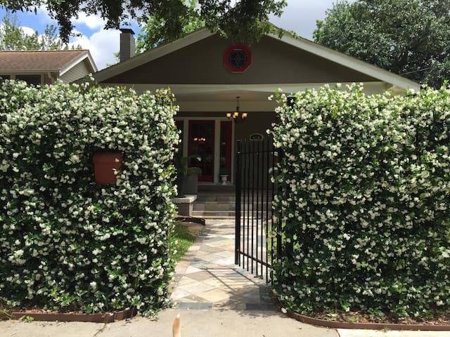 Central & Cozy Cottage - Houston - Gjestehus