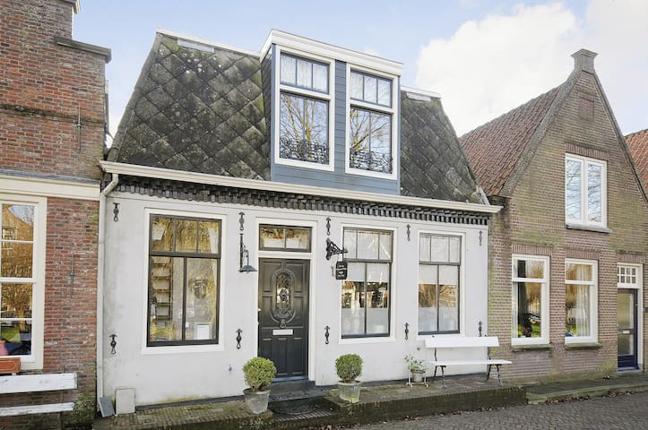 Old Dutch Canalhouse build in 1740 - Edam - Huis