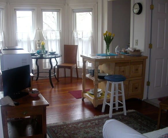 RI Antique Bay-window Apartment - North Smithfield - Departamento