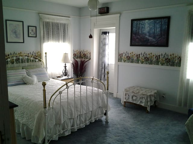 The Ciara Room with private bath - Du Quoin - 家庭式旅館