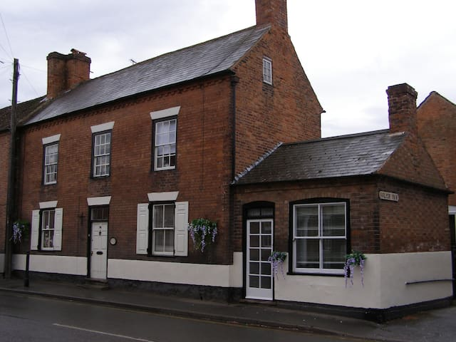 Homely Georgian Rooms With Kitchen - Southwell