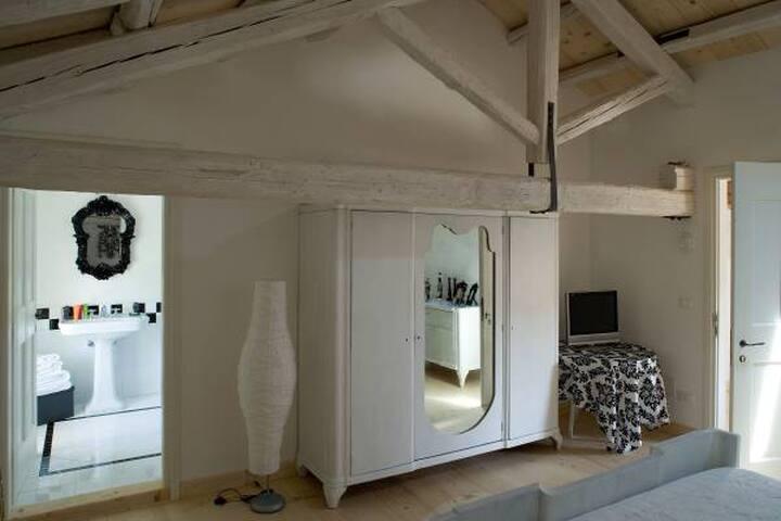 Stanza nero su bianco - Morsano al Tagliamento  - Bed & Breakfast
