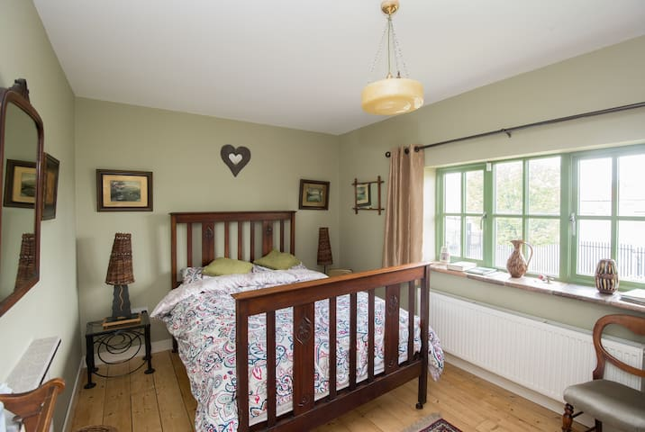 Woodside. Charming, Quiet, Cozy room Crumlin. - Crumlin - Haus