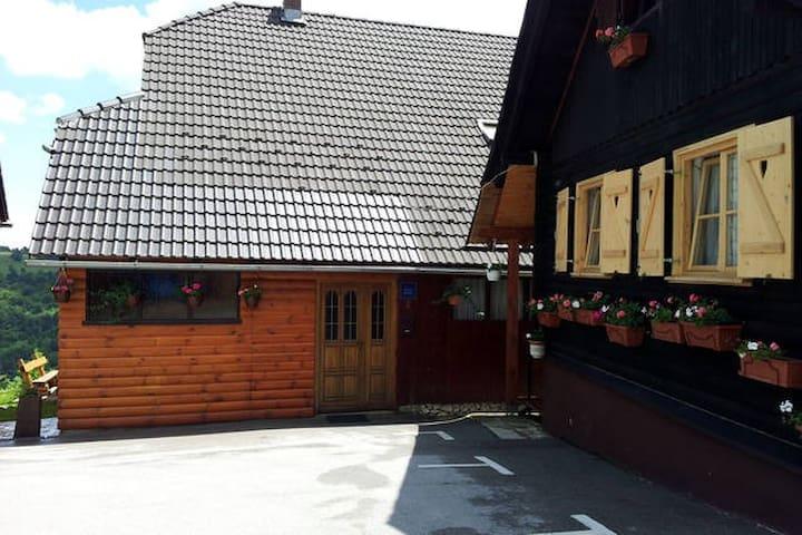 NP PLITVICE, Big wooden OAZA MIRA - Plitvička Jezera - Huis