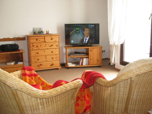 Gemütliche Wohnung bis 4 Gäste + Kinderbett WLAN, - Gustow/Rügen - Daire