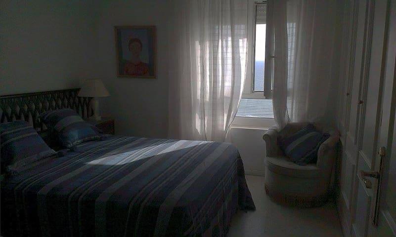 Dormitorio con ventana vista al mar - 加的斯 - 公寓