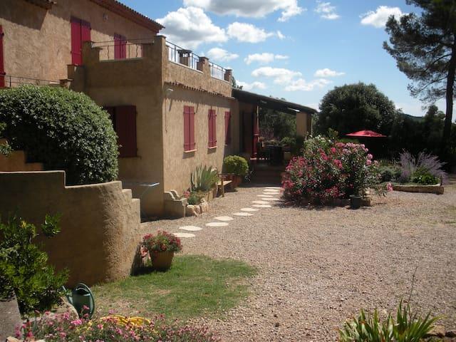 grand studio terrasse dans villa - Aups - Hus