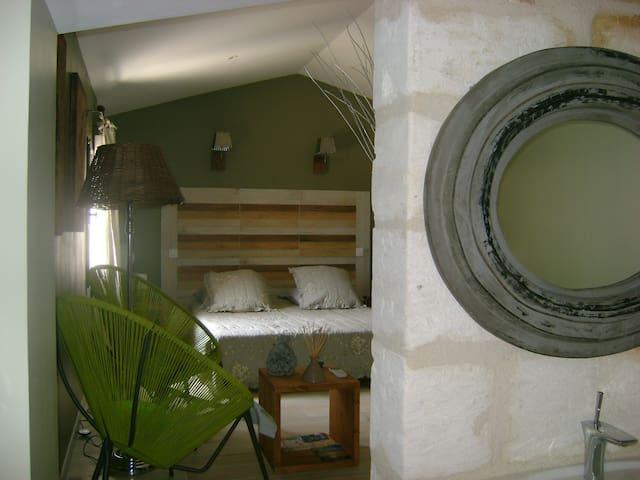 Mas Guiraud chambre confort (N°3) - Beaucaire - Pousada