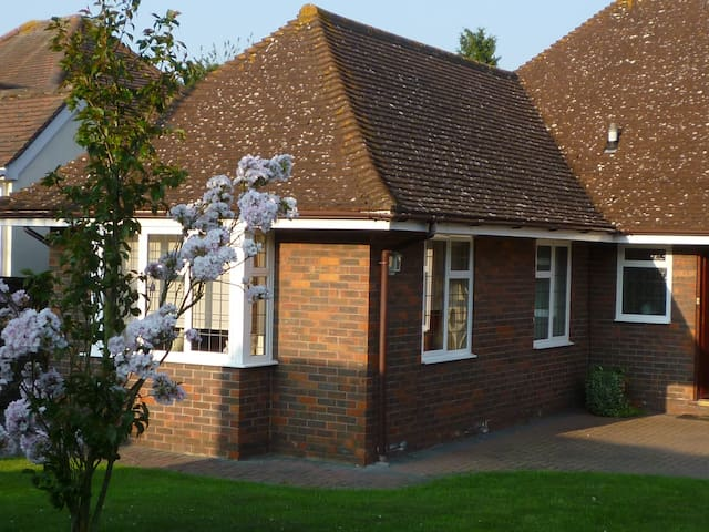 Gay friendly cheap s/catering Kent - Istead Rise - Huis