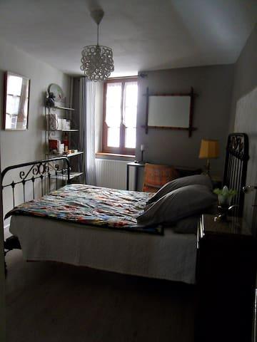 Maison de ville, chambre à l'étage - Tournus - Huis