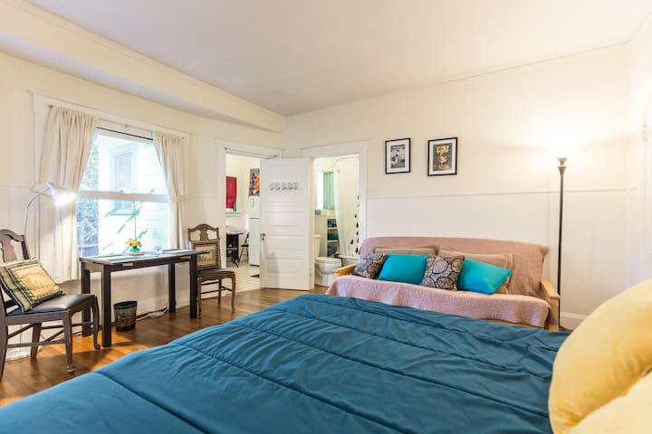 Old Style Sunny Bungalow Studio, City Center Close - Pasadena - Daire