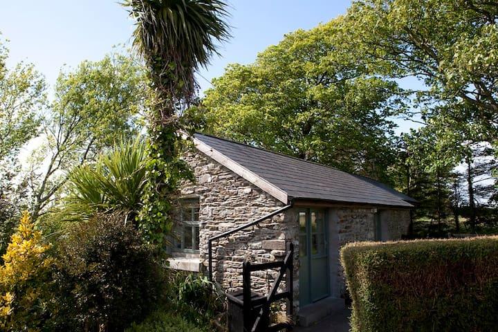 Charming old stables studio cottage - Clonakilty - Houten huisje