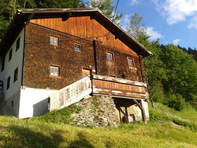 300 Jahre altes Haus in der Natur - Tobadill - Chalé