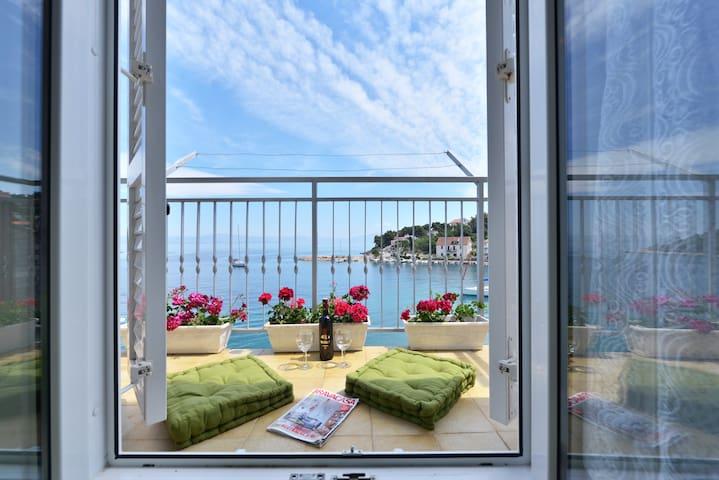 Seafront apartment on island Solta - Stomorska - Huis