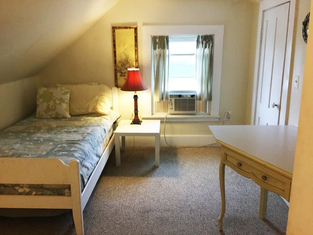 Cozy Room in Victorian house - Marlborough - Bed & Breakfast