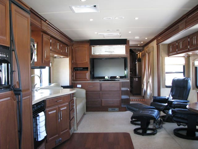 Glamping in a Cozy Luxury Motorhome - Benson