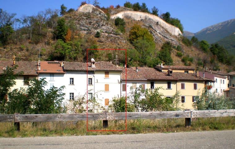 Casa su tre piani con vista fiume - Cantiano - Hus