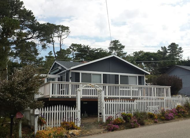 """Cozy and Modern Oceanview Cottage: """"14 Doors"""" - Cambria - Talo"""
