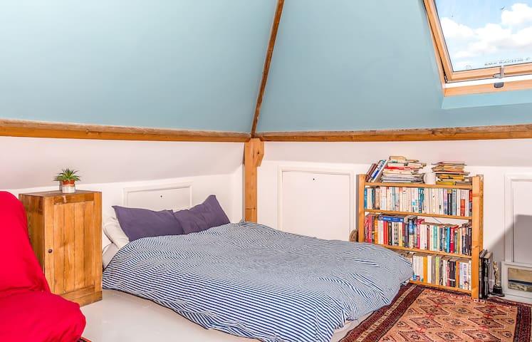 Spacious versatile room - Straat