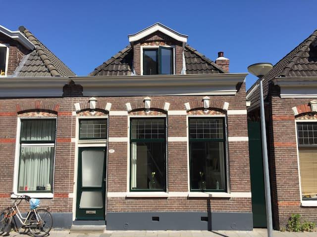 Historic, lovely and light house in centre. - Groningen - Hus