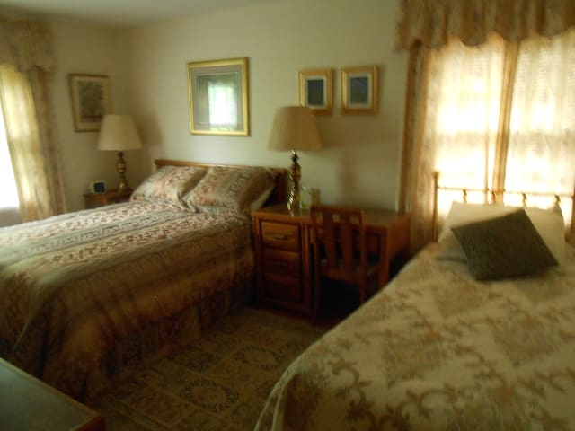 Teacher Has Furnished Rooms  - Pittsford - Casa
