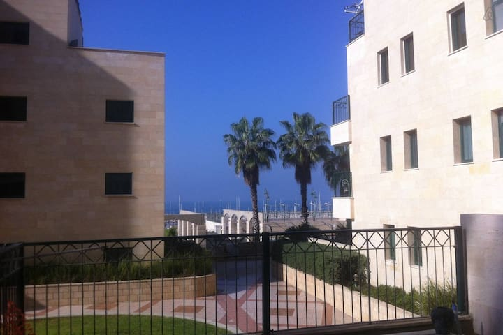 Right on the beach  comfortable well equipped room - Ashkelon - Apartament