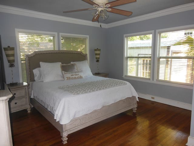 3 BR 2blks beach, Keesler, Casinos, Pets welcome!! - Biloxi